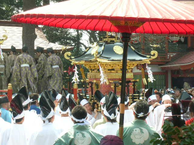 神輿が舞台から担ぎ方に渡される