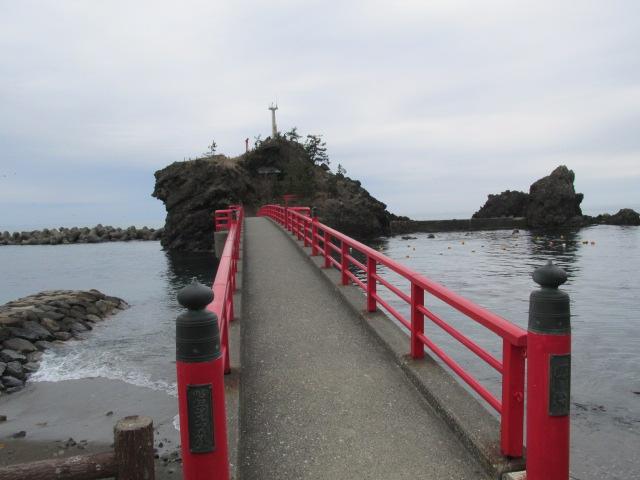 弁天岩と赤の欄干