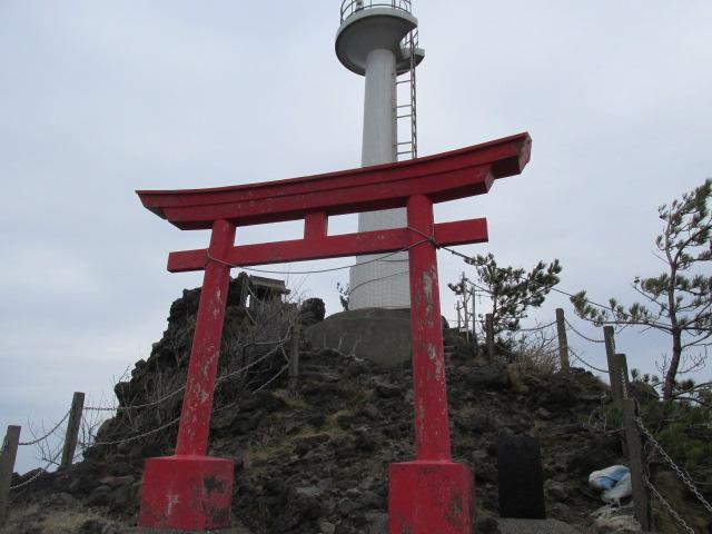 赤の鳥居と白い灯台